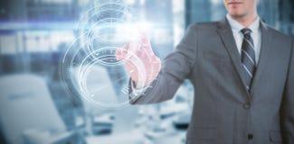 Imagen compuesta del hombre de negocios usando la pantalla digital futurista Imagenes de archivo