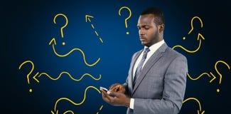 Imagen compuesta del hombre de negocios usando su teléfono móvil Fotos de archivo