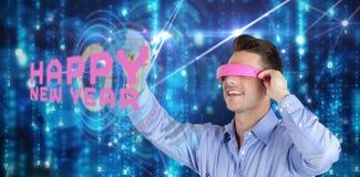 Imagen compuesta del hombre joven feliz que gesticula mientras que usa las auriculares de la realidad virtual Fotos de archivo libres de regalías