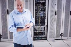 Imagen compuesta del hombre maduro feliz que usa el suyo PC de la tableta Imagen de archivo