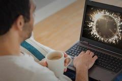 Imagen compuesta del hombre que usa el ordenador portátil imágenes de archivo libres de regalías