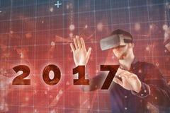 Imagen compuesta del hombre que usa el simulador de la realidad virtual Fotografía de archivo libre de regalías
