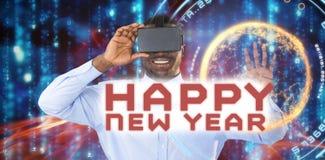 Imagen compuesta del hombre que usa las auriculares de la realidad virtual en el fondo blanco Foto de archivo libre de regalías