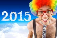 Imagen compuesta del inconformista geeky en peluca afro del arco iris Foto de archivo