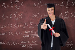 Imagen compuesta del individuo adolescente feliz que celebra la graduación Fotos de archivo