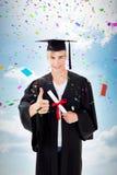 Imagen compuesta del individuo adolescente feliz que celebra la graduación Imagenes de archivo