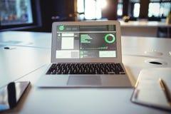 Imagen compuesta del interfaz del negocio con los gráficos y los datos Imagen de archivo