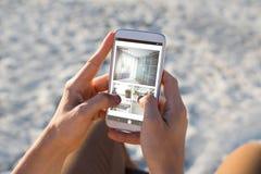Imagen compuesta del interior de la cocina y del dormitorio en la pantalla móvil imagen de archivo