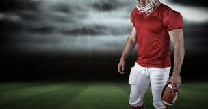 Imagen compuesta del jugador de fútbol americano con la bola Imagen de archivo libre de regalías