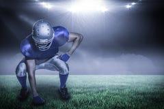 Imagen compuesta del jugador de fútbol americano en el uniforme que dobla con 3d Imagen de archivo libre de regalías