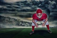 Imagen compuesta del jugador de fútbol americano en postura del ataque con 3d Imagen de archivo libre de regalías