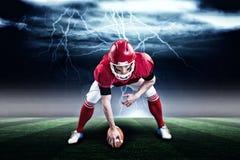 Imagen compuesta del jugador de fútbol americano que comienza el partido de fútbol 3d Imagenes de archivo