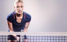 Imagen compuesta del jugador de tenis que juega a tenis con una estafa Foto de archivo