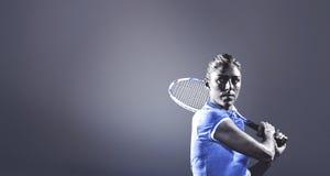 Imagen compuesta del jugador de tenis que juega a tenis con una estafa Fotografía de archivo libre de regalías