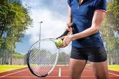 Imagen compuesta del jugador de tenis que sostiene una estafa lista para servir Fotografía de archivo