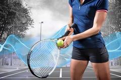 Imagen compuesta del jugador de tenis que sostiene una estafa lista para servir Imagen de archivo