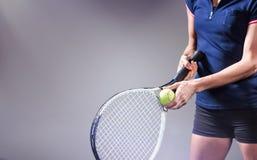 Imagen compuesta del jugador de tenis que sostiene una estafa lista para servir Fotos de archivo libres de regalías