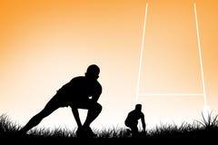 Imagen compuesta del jugador del rugbi que consigue lista para golpear la bola con el pie Foto de archivo