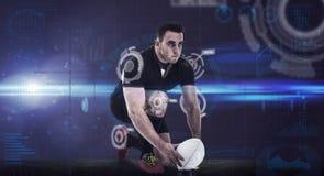Imagen compuesta del jugador del rugbi que consigue lista para golpear la bola con el pie Imágenes de archivo libres de regalías
