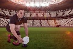 Imagen compuesta del jugador del rugbi que consigue lista para golpear la bola con el pie con 3d Fotografía de archivo libre de regalías