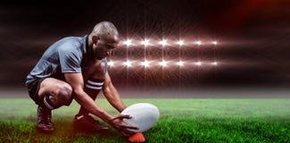 Imagen compuesta del jugador del rugbi que guarda la bola en el retroceso de la camiseta y de 3d con el pie Fotos de archivo libres de regalías