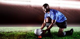 Imagen compuesta del jugador del rugbi que parece ausente mientras que guarda la bola en el retroceso de la camiseta y de 3d con  Fotografía de archivo libre de regalías