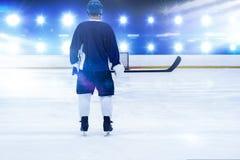 Imagen compuesta del jugador del hockey sobre hielo en el hielo fotos de archivo