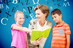 Imagen compuesta del libro de lectura del profesor con los alumnos en la biblioteca Imagen de archivo libre de regalías