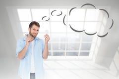 Imagen compuesta del modelo encantador que sostiene un bulbo en mano derecha con la burbuja del pensamiento Foto de archivo libre de regalías