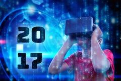 Imagen compuesta del muchacho con el simulador de la realidad virtual Foto de archivo libre de regalías