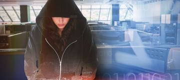 Imagen compuesta del pirata informático de sexo femenino en sudadera con capucha negra Foto de archivo