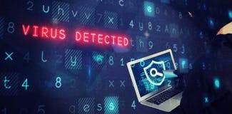 Imagen compuesta del pirata informático que usa el ordenador portátil y la tarjeta de débito fotografía de archivo