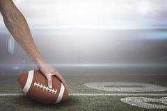 Imagen compuesta del primer del jugador de fútbol americano que coloca la bola 3D Foto de archivo libre de regalías