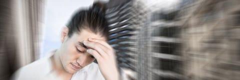 Imagen compuesta del primer del hombre que sufre de dolor de cabeza Foto de archivo