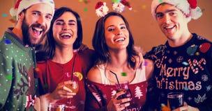 Imagen compuesta del retrato de amigos festivos en barra imagen de archivo libre de regalías
