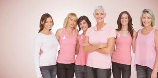 Imagen compuesta del retrato de las mujeres confiadas que apoyan conciencia del cáncer de pecho fotos de archivo