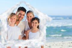 Imagen compuesta del retrato de una familia linda en la playa Fotografía de archivo