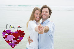 Imagen compuesta del retrato del baile alegre de los pares en la playa Imágenes de archivo libres de regalías