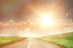 Imagen compuesta del sol que brilla intensamente sobre cloudscape durante puesta del sol Foto de archivo