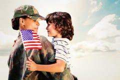 Imagen compuesta del solider juntada con el hijo imágenes de archivo libres de regalías