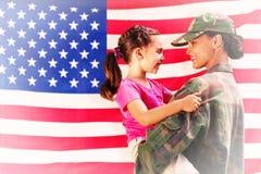 Imagen compuesta del solider juntada con la hija Foto de archivo