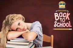 Imagen compuesta del teeenager cansado que duerme en una biblioteca Fotografía de archivo