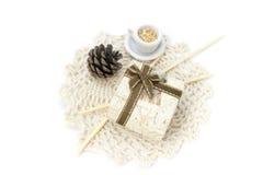 Imagen con el cordón, la mini caja y las decoraciones fotos de archivo