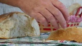 Imagen con las manos del hombre que ponen el pan en la cesta almacen de video