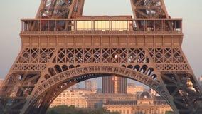 Imagen con los edificios y la torre Eiffel céntricos de París en luz de la puesta del sol
