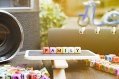 imagen conceptual con el bloque de palabra de la FAMILIA en señalización de madera fotos de archivo libres de regalías