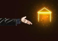 Imagen conceptual con la mano que señala en el icono de la casa o de la página principal en fondo oscuro Imágenes de archivo libres de regalías