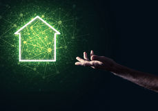 Imagen conceptual con la mano que señala en el icono o de la casa o de la página principal Foto de archivo