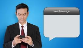 Imagen conceptual de la tecnología del hombre de negocios y del mensaje Imagen de archivo