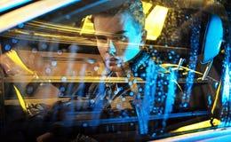Imagen conceptual de un hombre joven que se sienta en el coche Imagenes de archivo